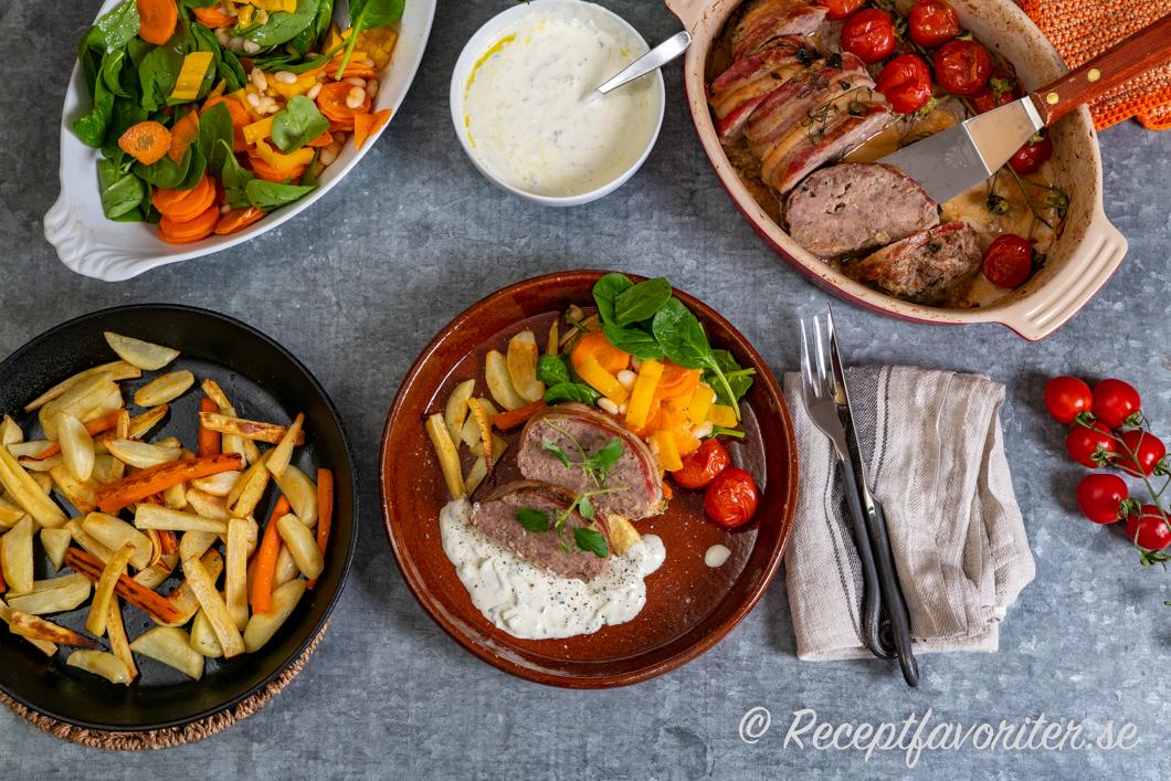 Ett serveringsförslag till lammfärslimpan med tzatziki, rostade rotfrukter och sallad.