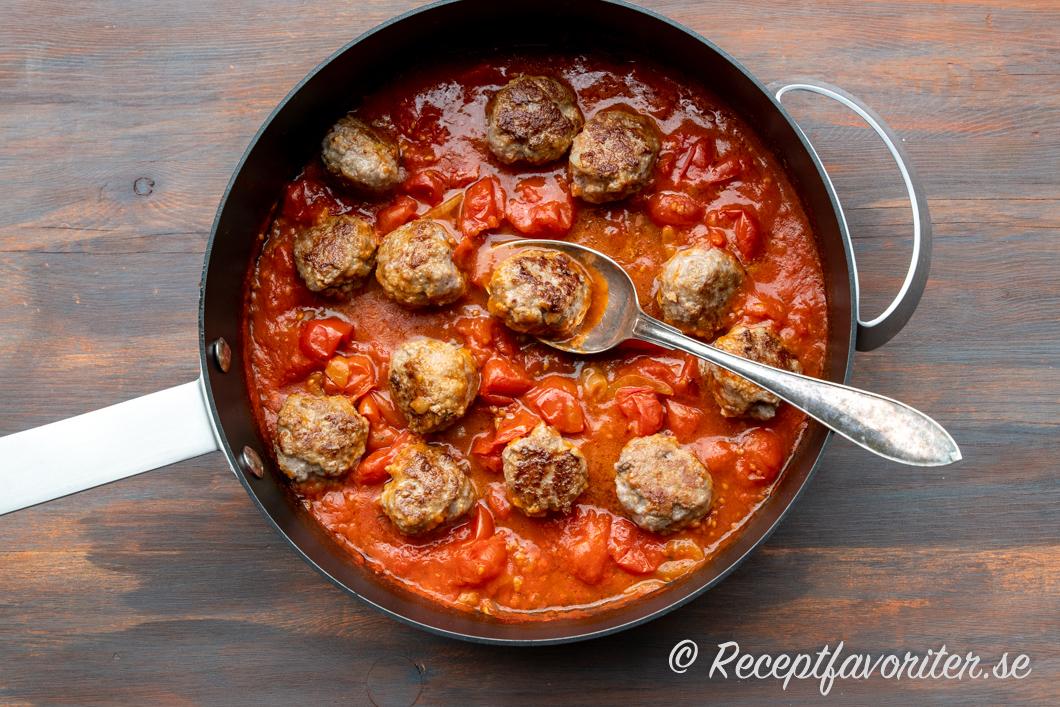 Köttbullar av lammfärs serverad i en lättlagad tomatsås i panna