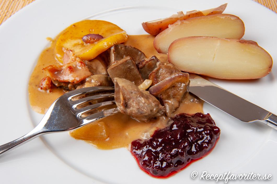 Lammlevergryta med bacon och äpple på tallrik