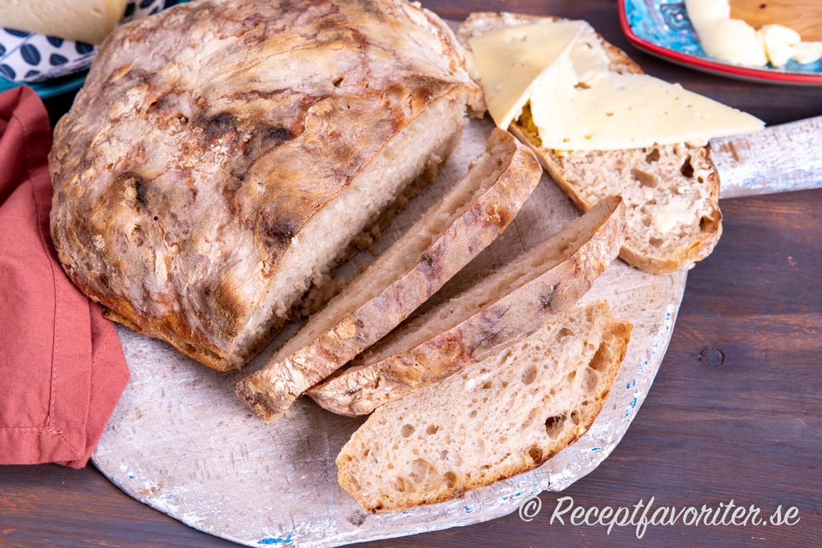 Ett rustikt och lättbakat rågsiktsbröd med köpt rågsurdeg.