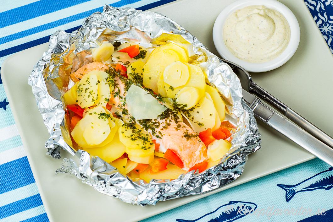 Laxfilé lagad i folie med potatis med mera samt en pestosås till.