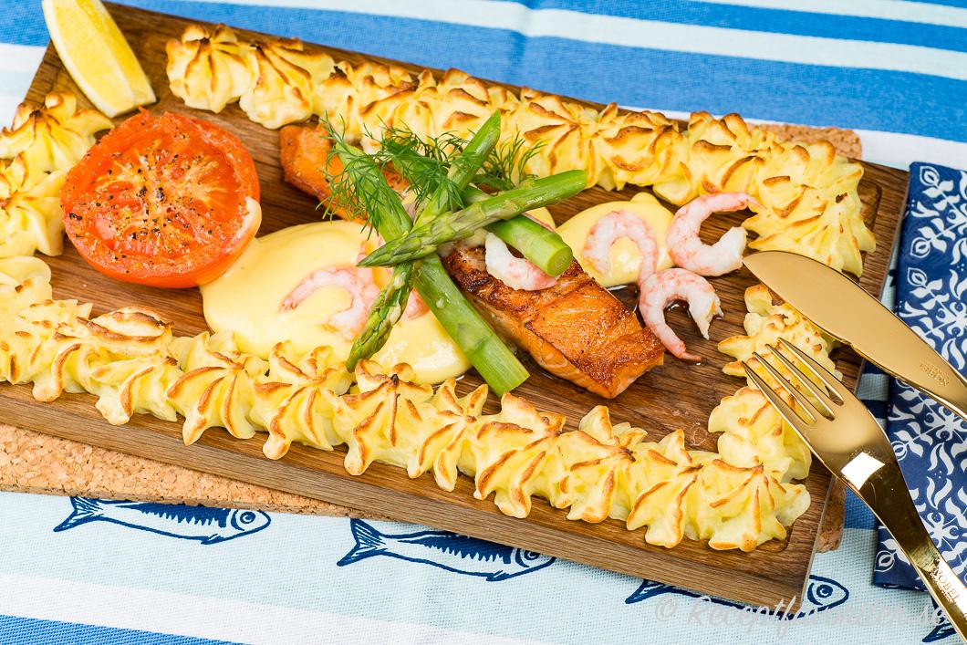 Stekt laxfilé serverad på planka med Hollandaise, potatismos och grön sparris