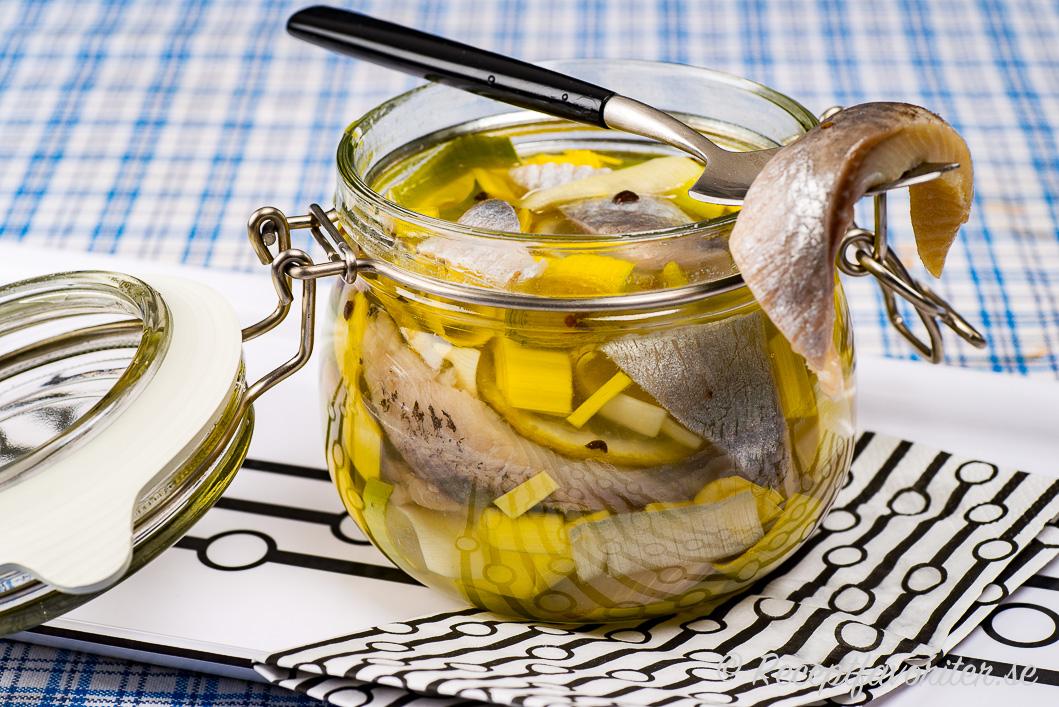 Sill inlagd med lime och purjolök i klar ättikslag.