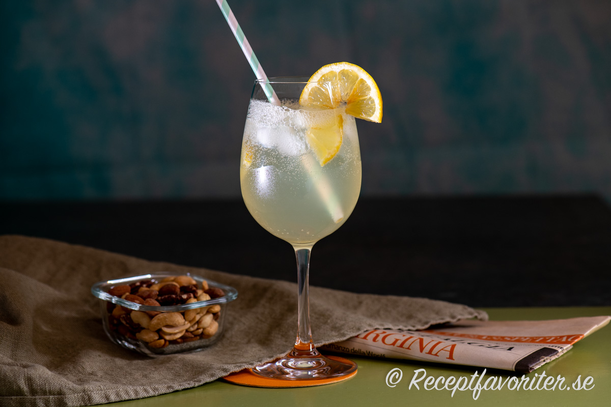 Limoncello Fizz serverad med rostade nötter