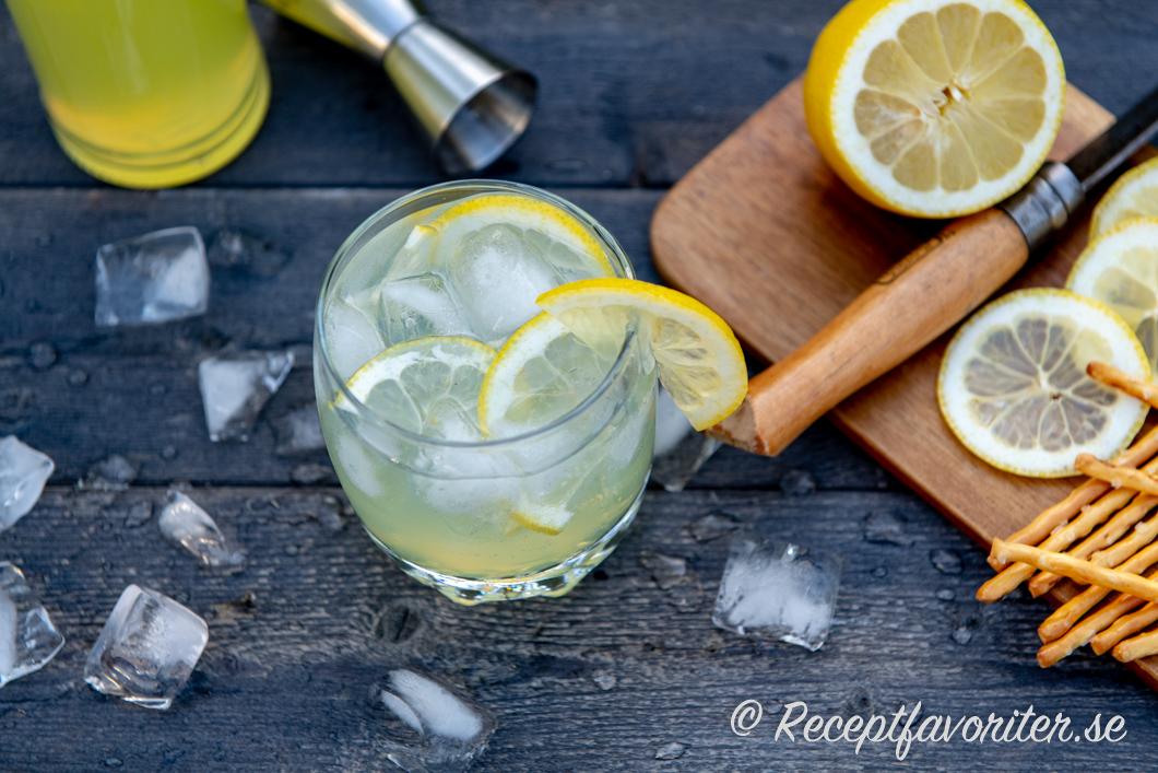 Limoncello Tonic med is och citronskivor