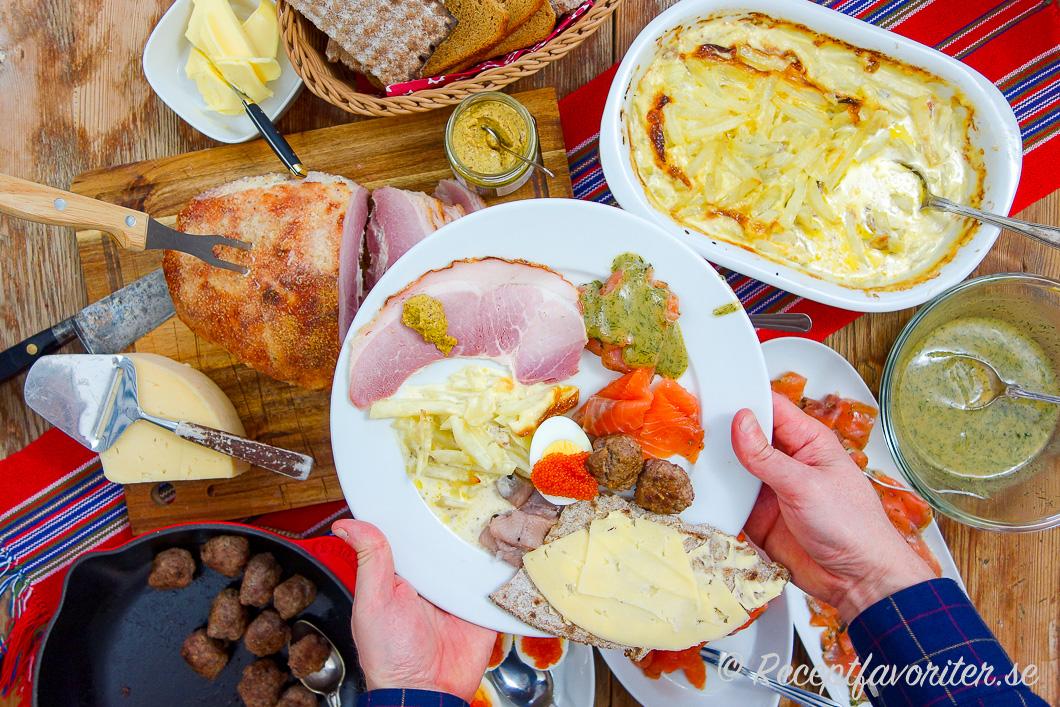 Några vanliga rätter till julbordet som julskinka, Jansson, hovmästarsås, lax, ägghalvor med mera.