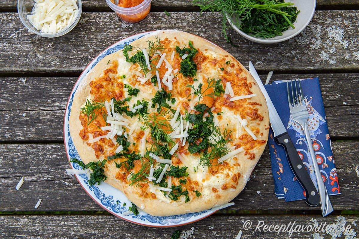 Nygräddad löjromspizza med dill, pecorino, grönkål och mozzarella samt crème fraiche som grund.