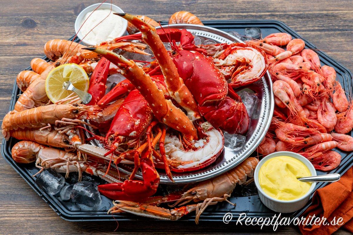 Skaldjursfat med lyxig hummer, King Crab, räkor och havskräftor samt citron och vitlöksmajonnäs.