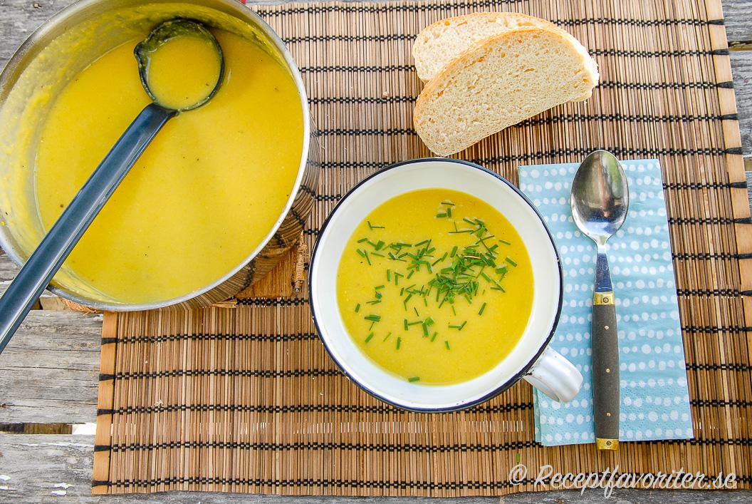 Lättlagad majssoppa i kastrull och tallrik