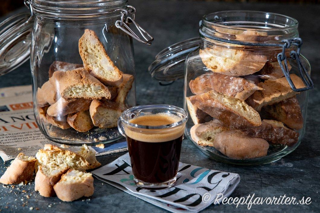 Mandelbiscottis serverade till fika med en kopp espresso