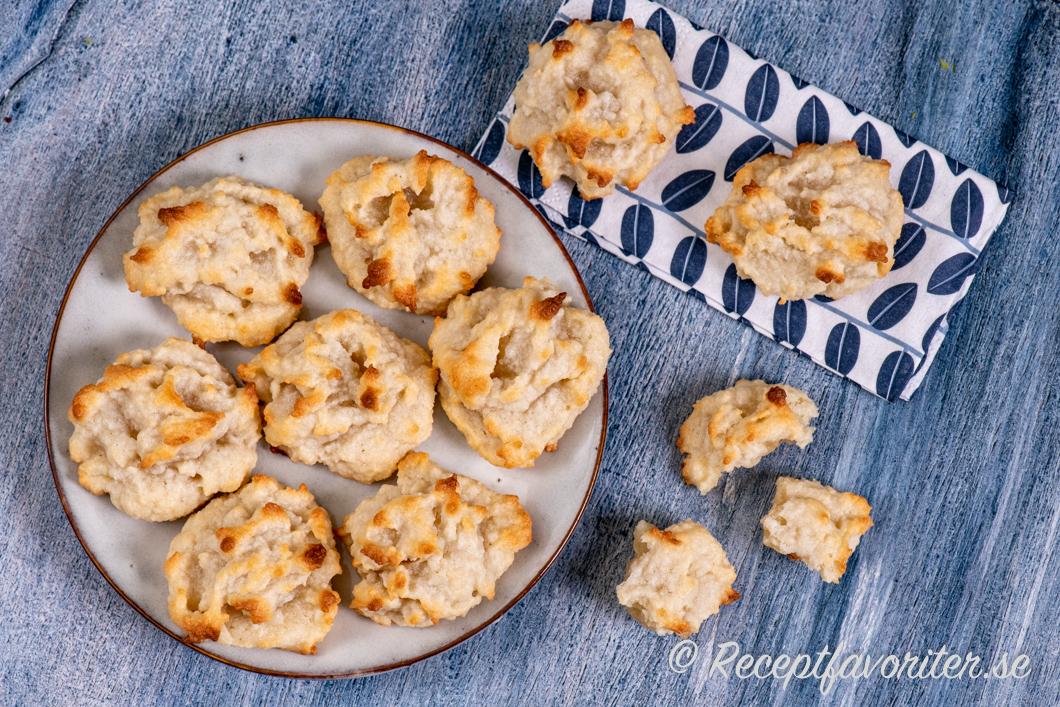 Mandelkakor av mandelmassa och äggvita på fat