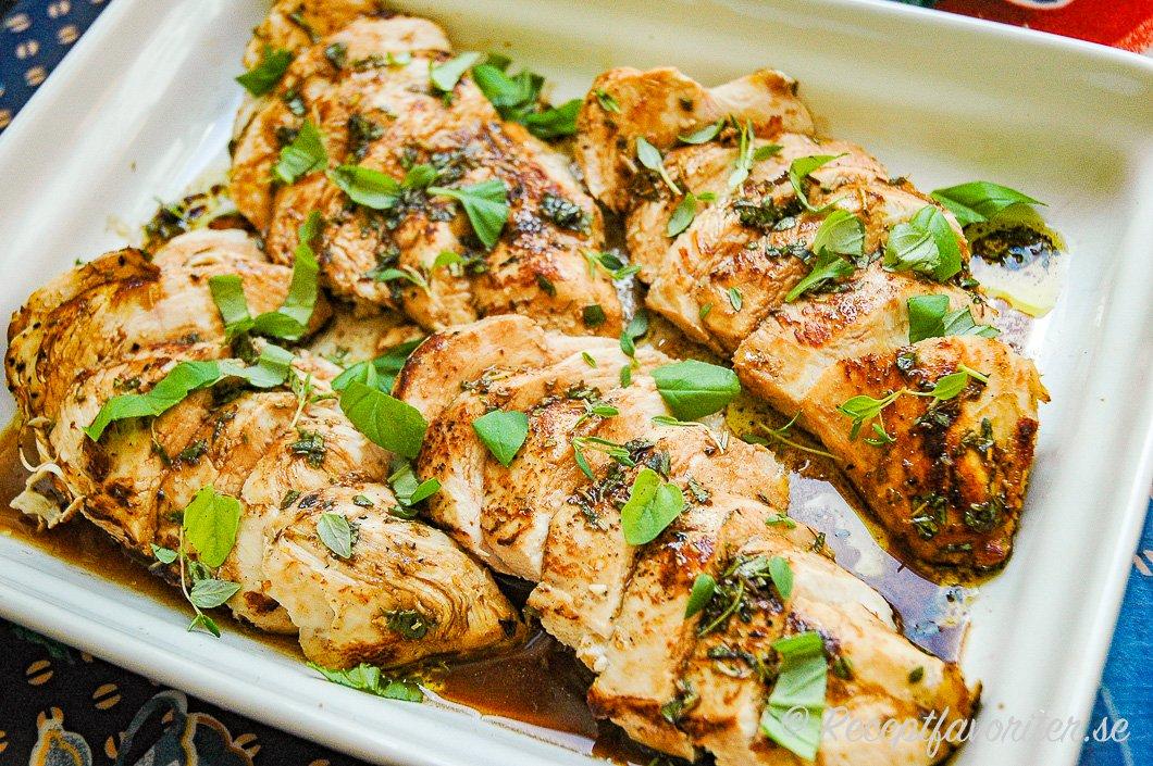Kycklingfilé med marinaden på fat med örter
