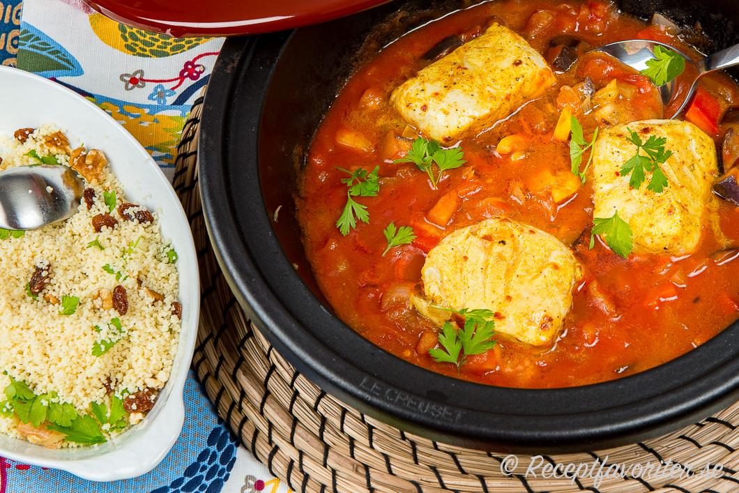En tagine eller gryta med nordisk fisk tillagad på marockansk vis serverad med couscous.