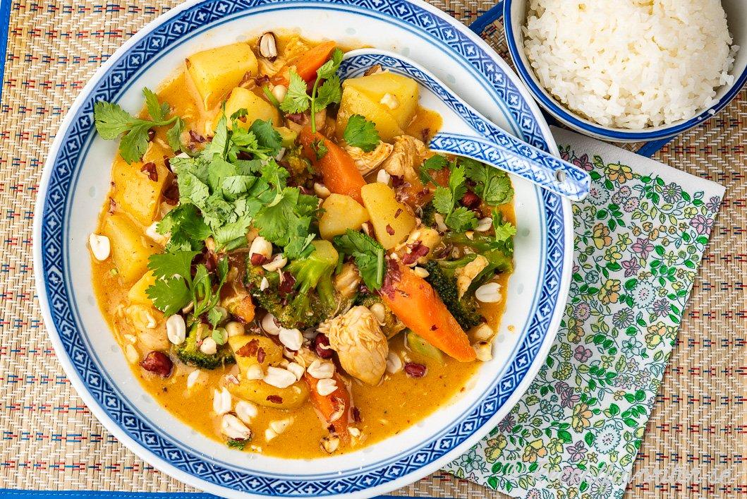 Massaman med potatis och kyckling i tallrik serverad med ris