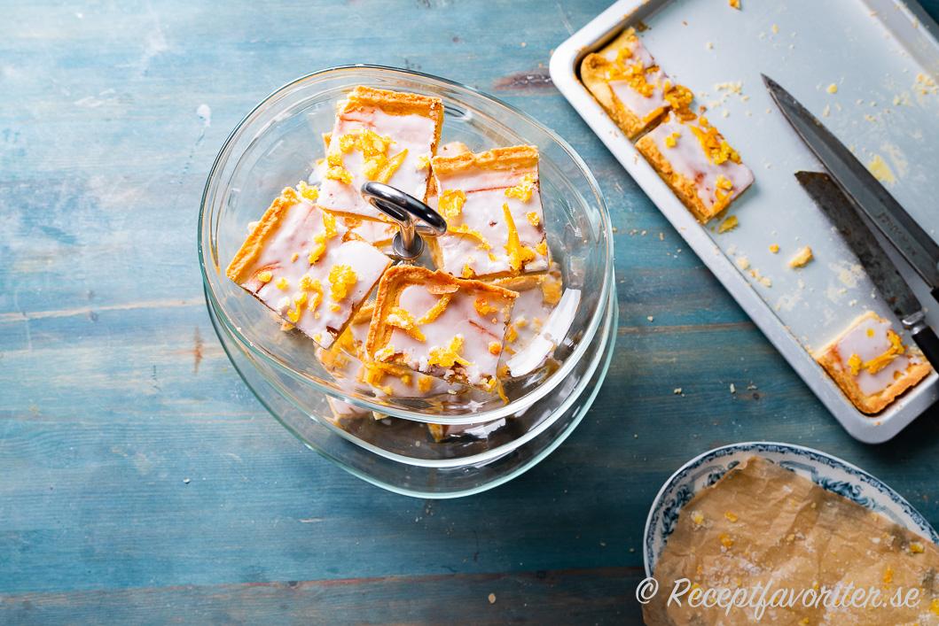 Mazarinrutor serverade på fat med glasyr och kanderade apelsinskal