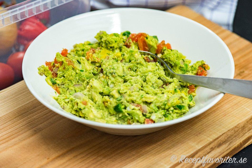En mexikansk variant på guacamole med lite extra allt i skål