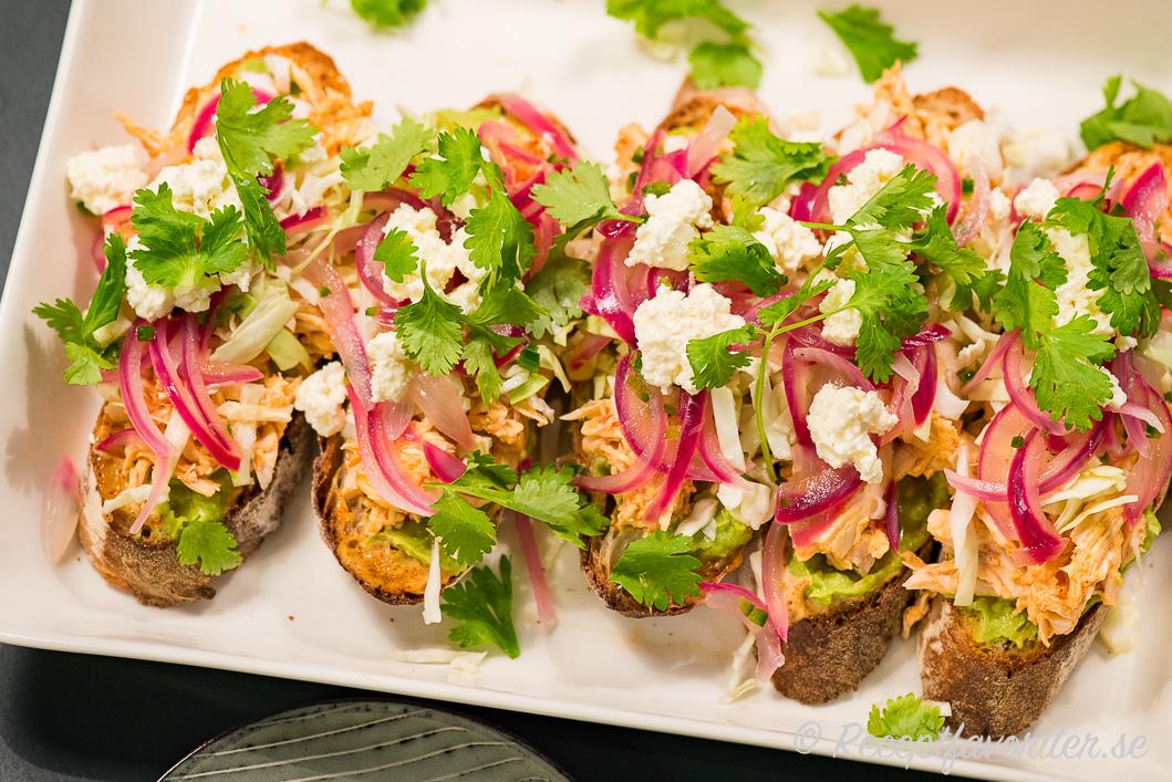 Kokt pulled kyckling som mexikansk macka med guacamole, färsk koriander, picklad rödlök, fetaost, arbolchilisås samt färsk koriander.