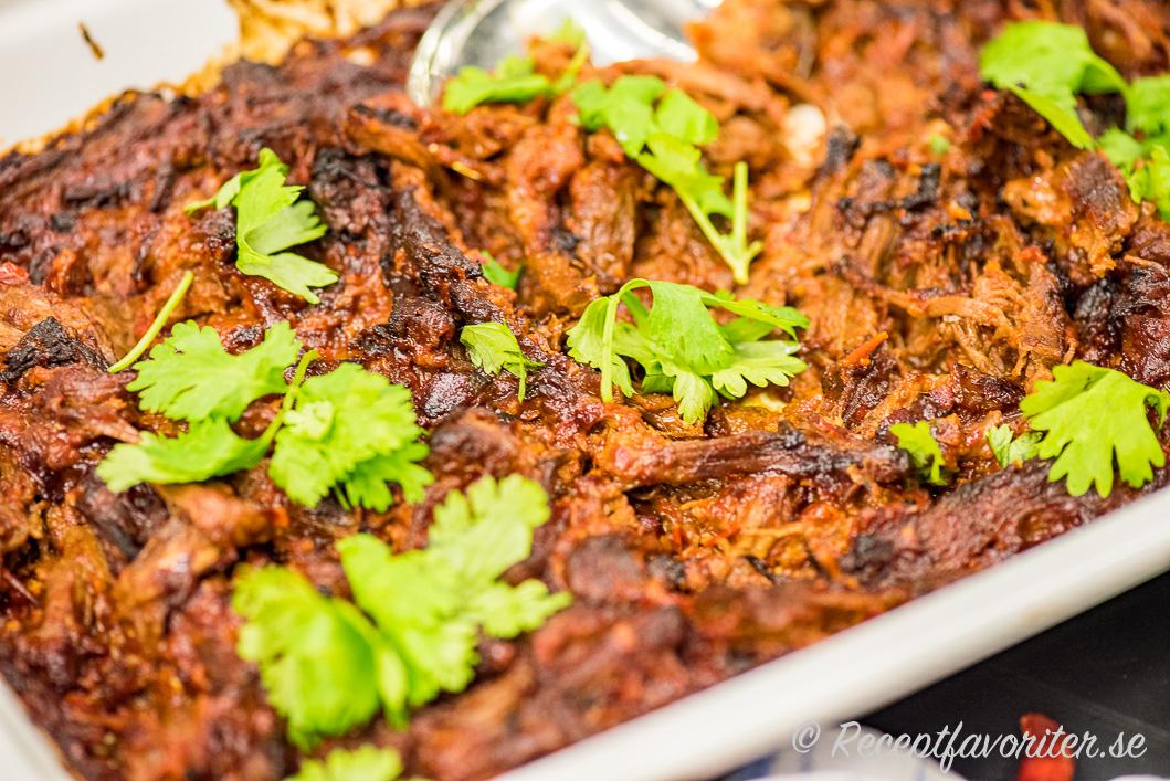 Mexikansk pulled beef serverad på fat med färsk koriander