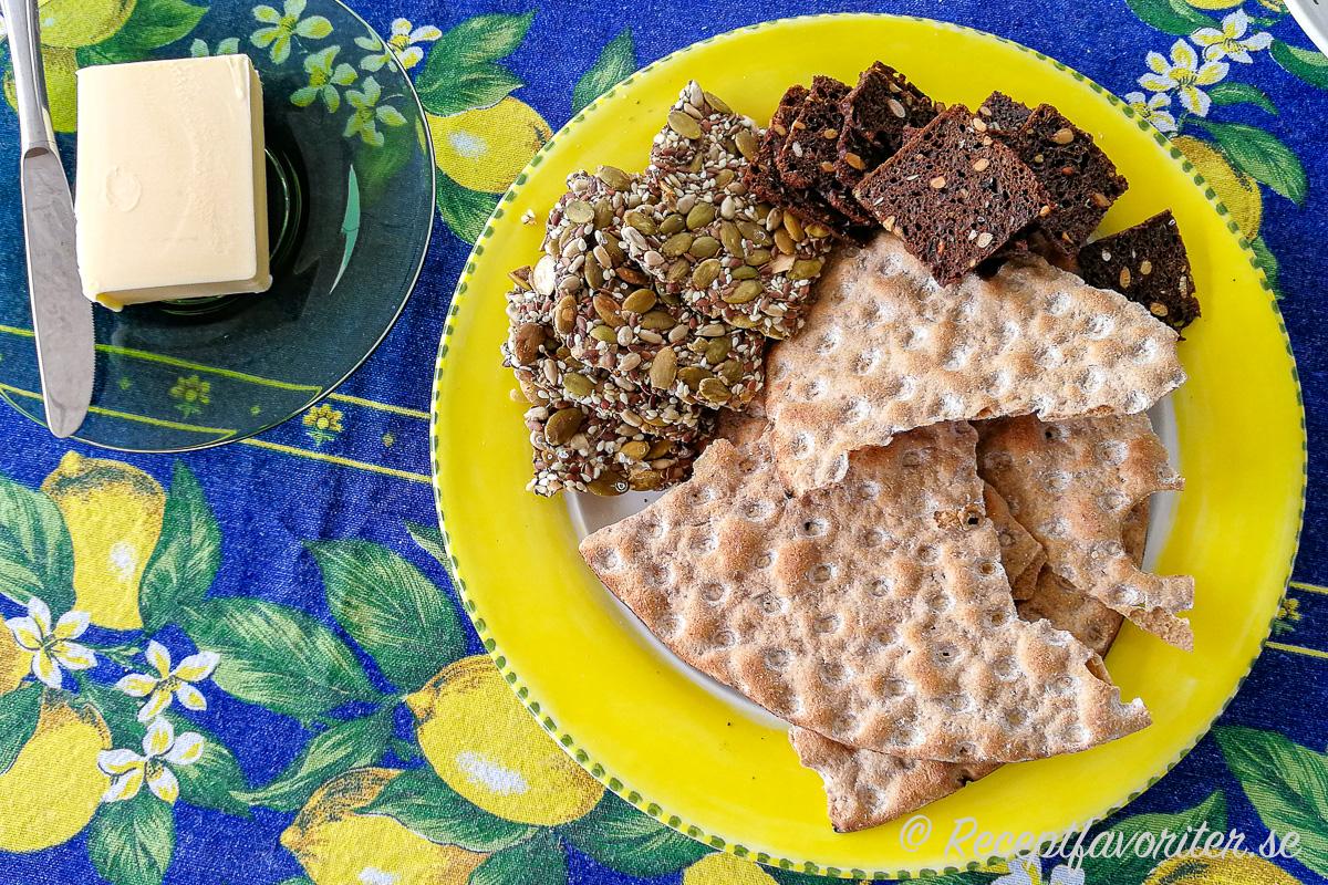 Knäckebröd som Skedvi knäckebröd, fröknäcke, kavringkex eller annat tunnbröd passar till midsommarbordet. Och så smör till då.