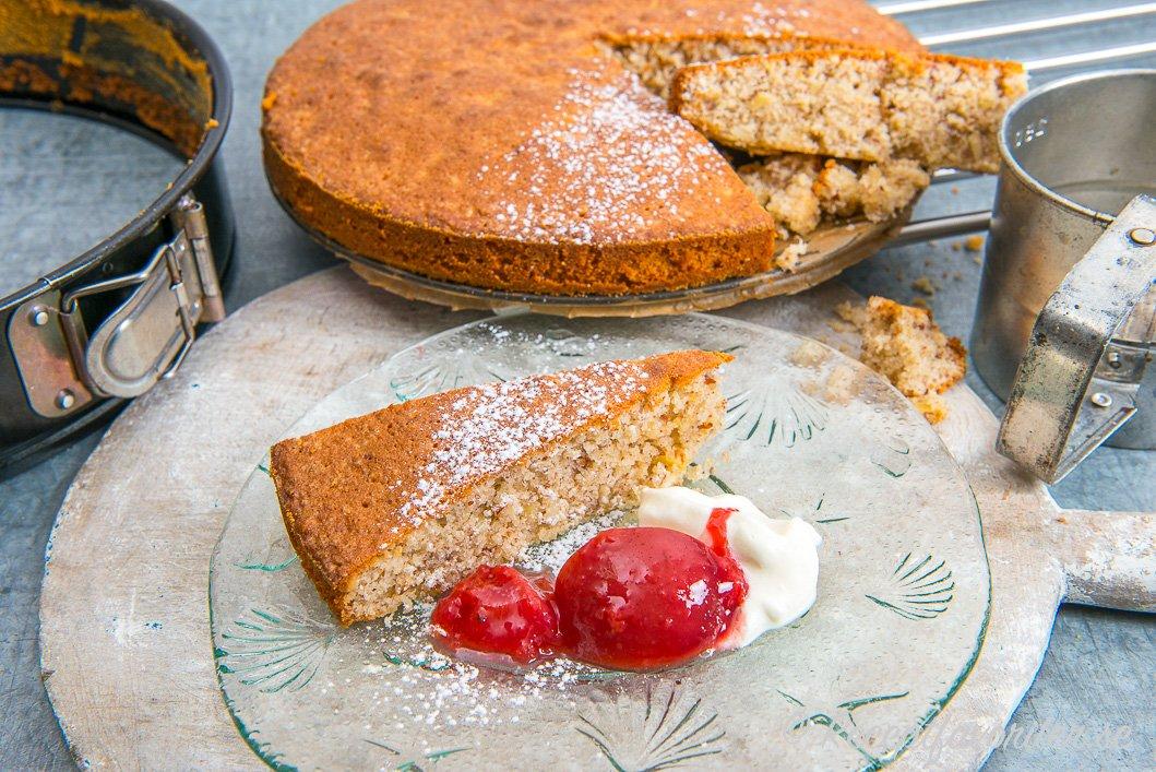 En mjuk kaka med mandel du bakar i springform och serverar som den är eller med tillbehör som plommon och grädde.
