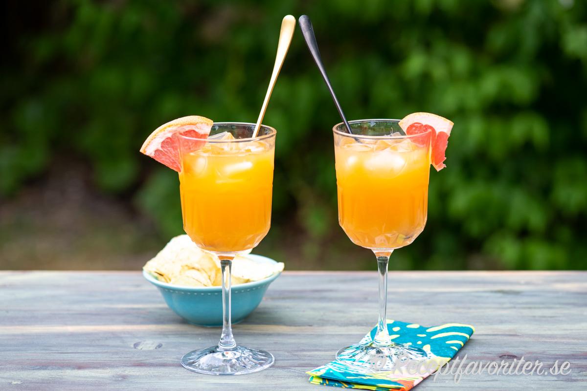 En mocktail med juice och is serverad med chips som fördrink eller aperitif.