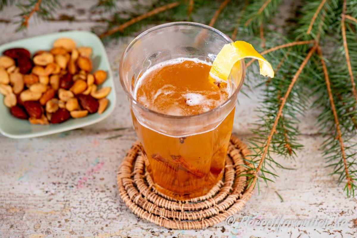 Mulled cider med rom, honung, citron, kanel, muskot och nejlika samt citronskal.