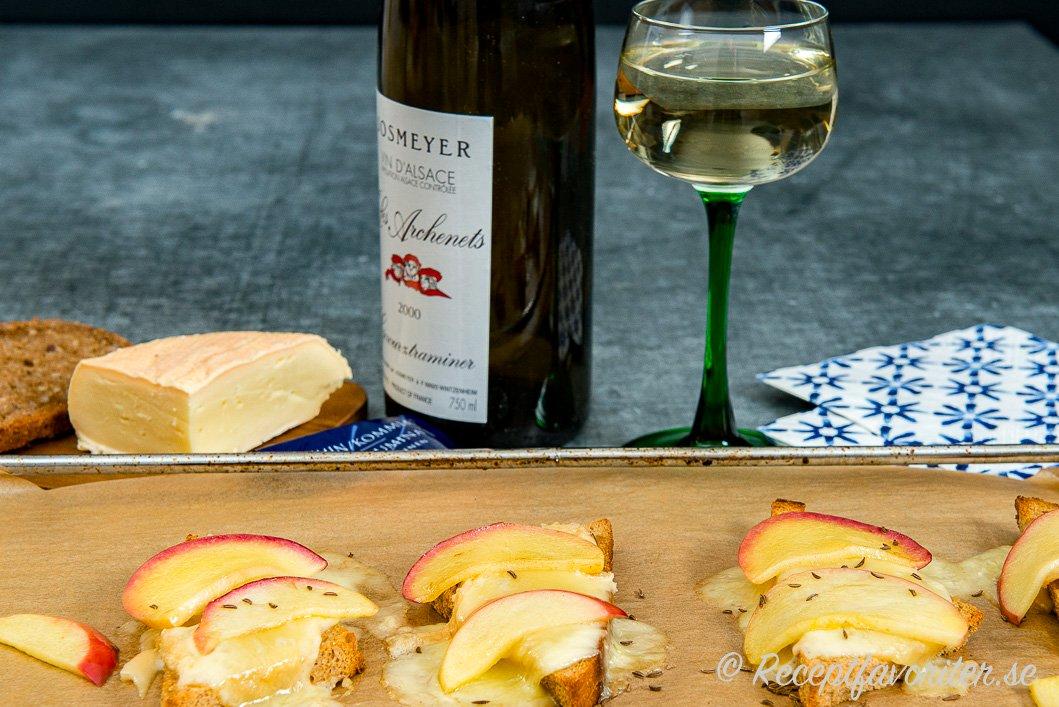 Münstermackor med äpple serverade med ett lätt kylt vitt vin Gewürtstraminer från Alsace.