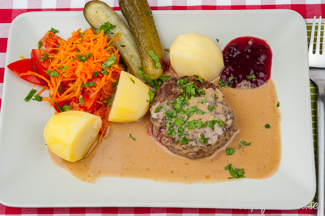Färsbiffar av nötkött eller nötfärs stekt och serverad med sås och potatis på tallrik