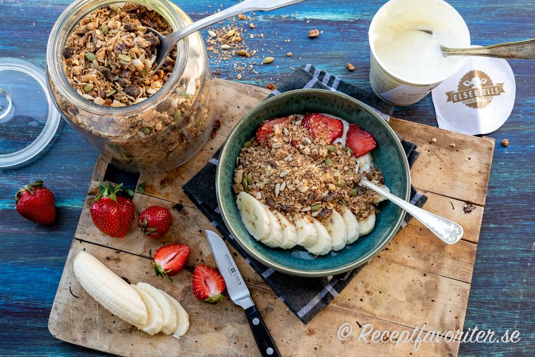 Müslin i glasburk serverad till frukost eller mellanmål med tillbehör.