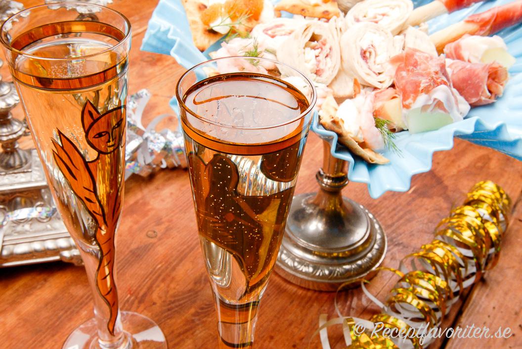 Välkomstdrink till nyårsfesten med champagne och snittar
