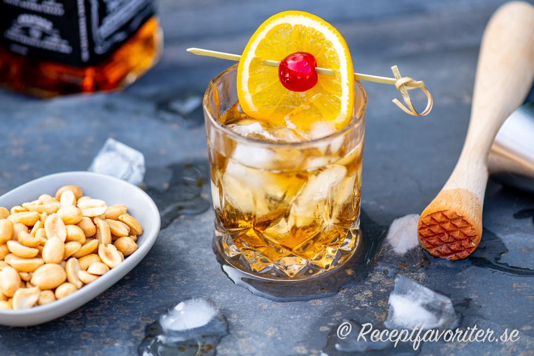 Old Fashioned serverad med nötter i ett glas