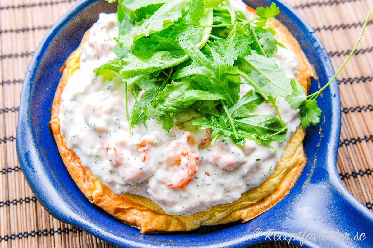 Omelett med kräftor eller räkor i stuvning blir krämig och god.