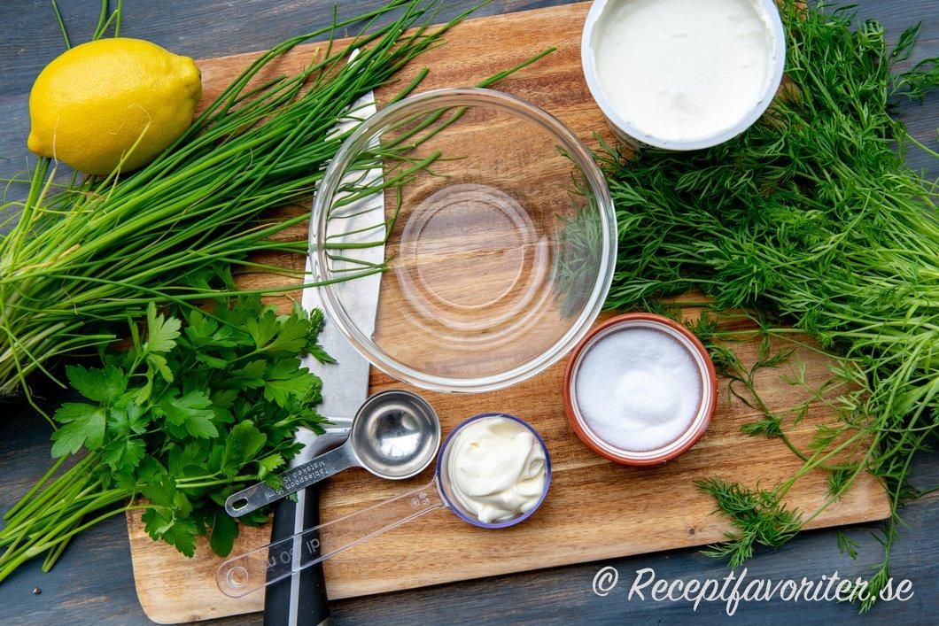 Ingredienser till Örtagårdssåsen