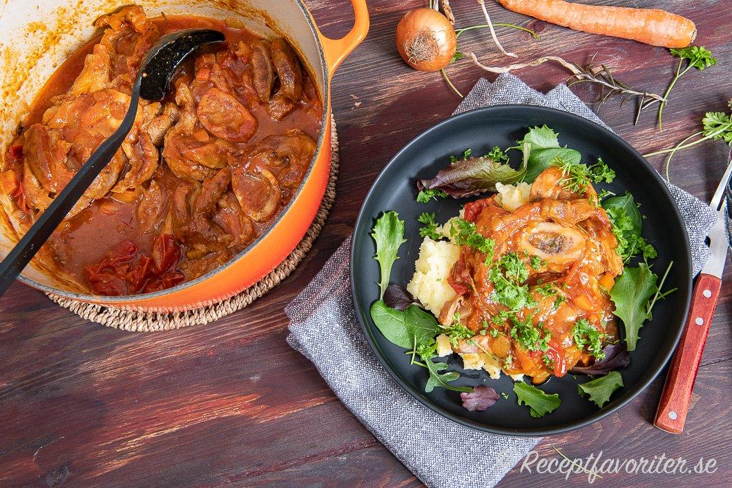 Italiensk köttgryta Osso Buco i gryta och serverad på tallrik