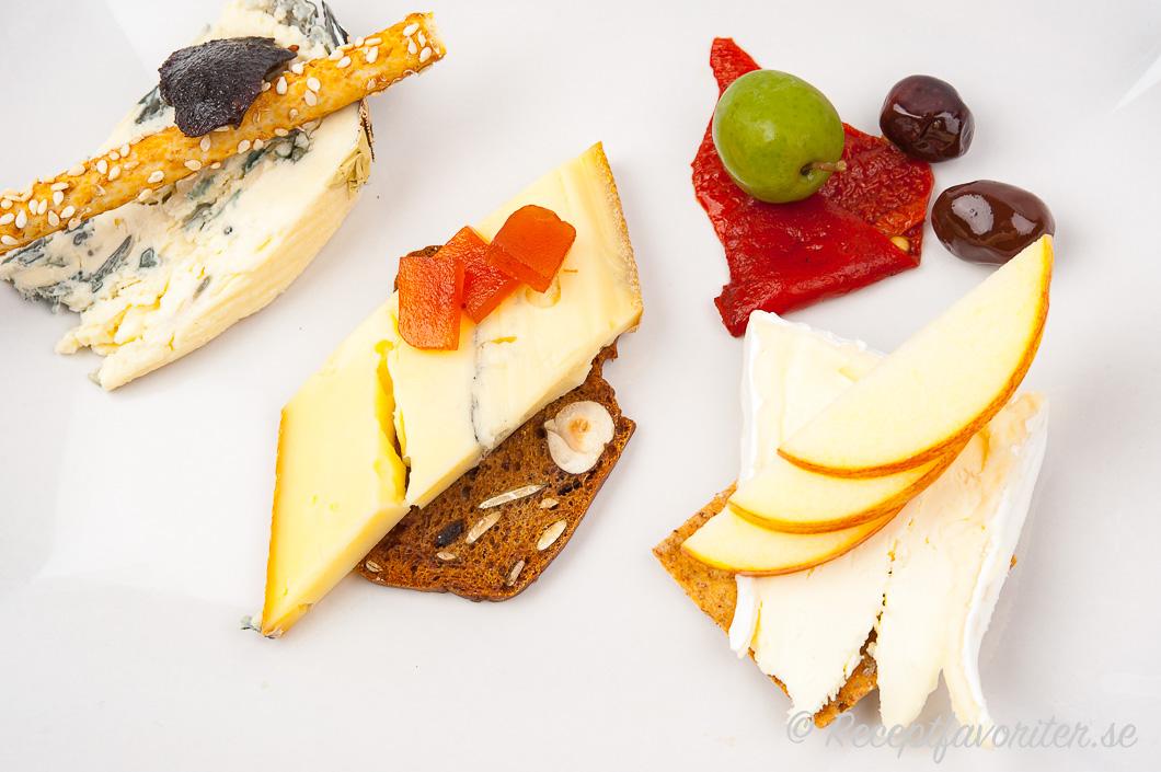 En tallrik med tre dessertostar med förslag på tillbehör.