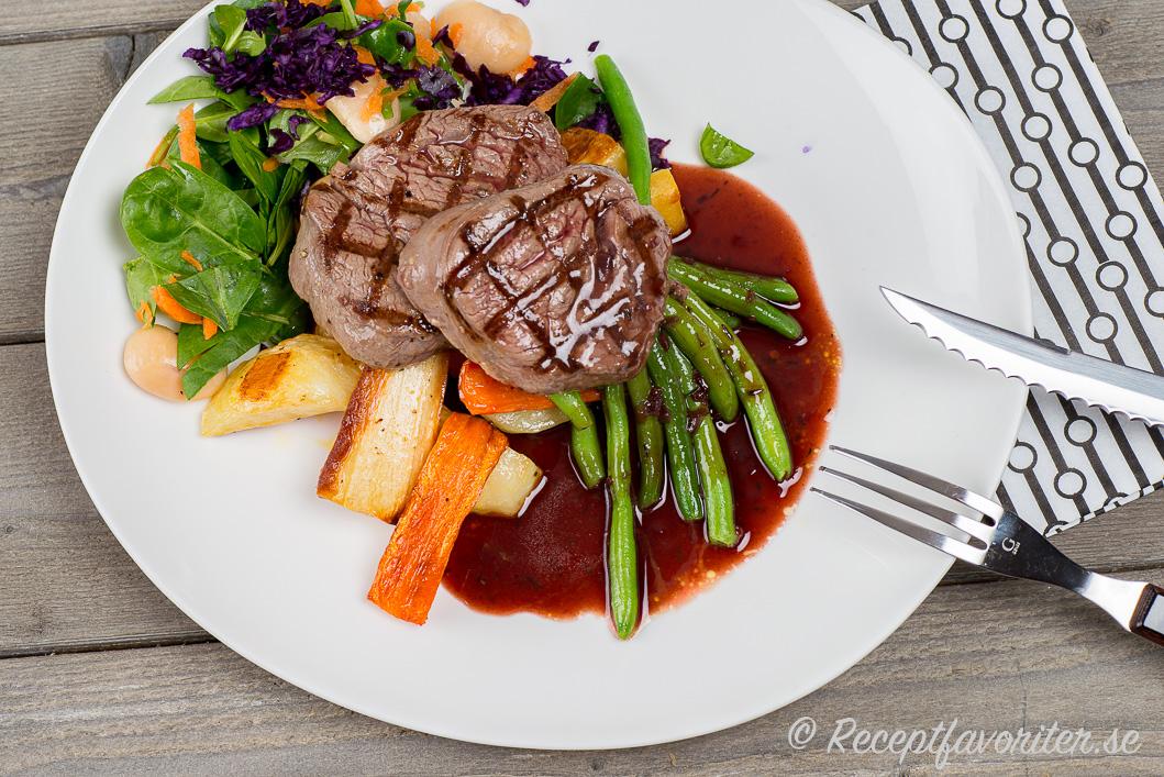 Stekt eller grillad oxfilé på tallrik serverad med rödvinssås