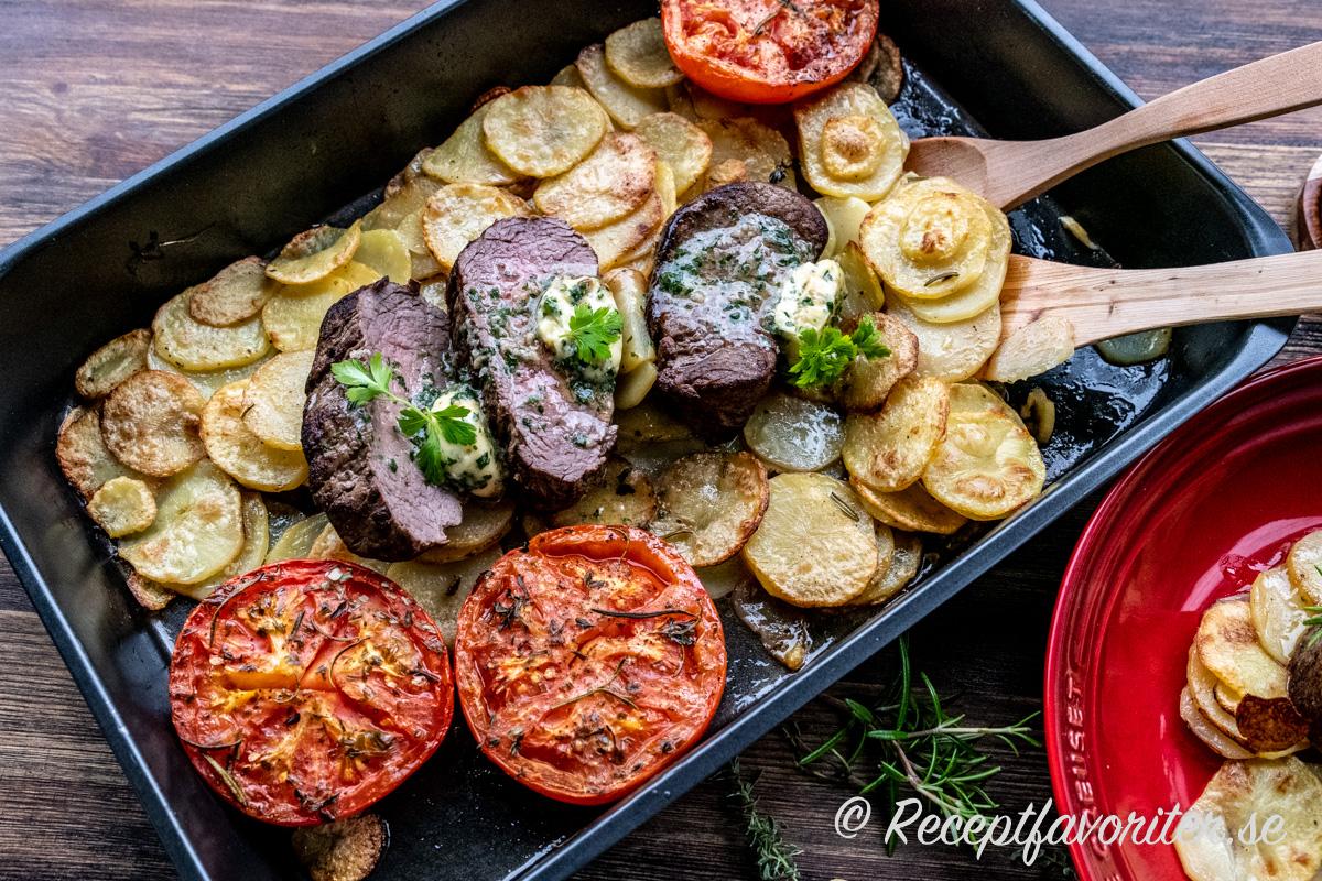 Oxfilé med örter, vitlökssmör, potatis och tomater - en supergod kombination till fest och lyxig middag.