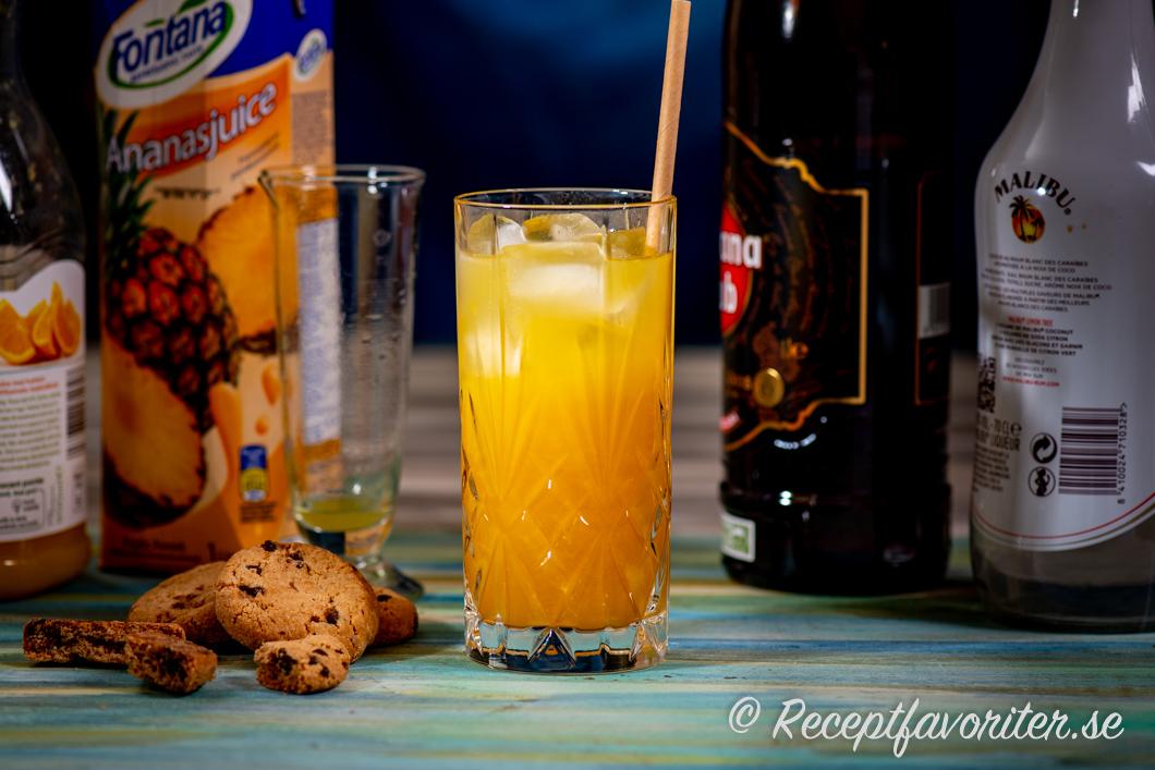 Painkiller drink med ananas, apelsin, kokos och mörk rom i glas
