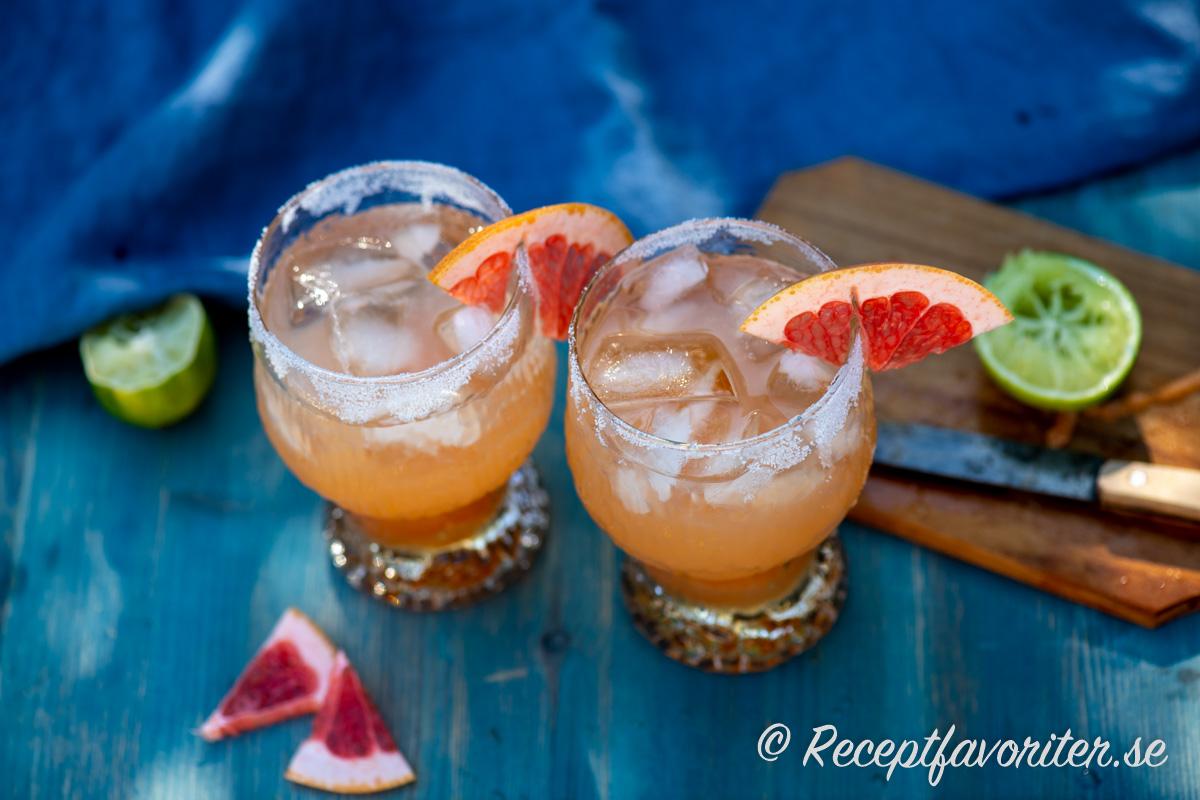 Paloma drink garnerad med saltrand och färsk grapefrukt.