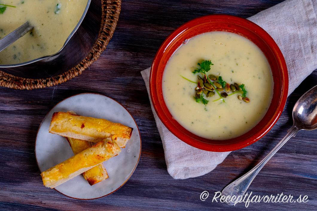 Krämig soppa med palsternacka och potatis serverad i skål