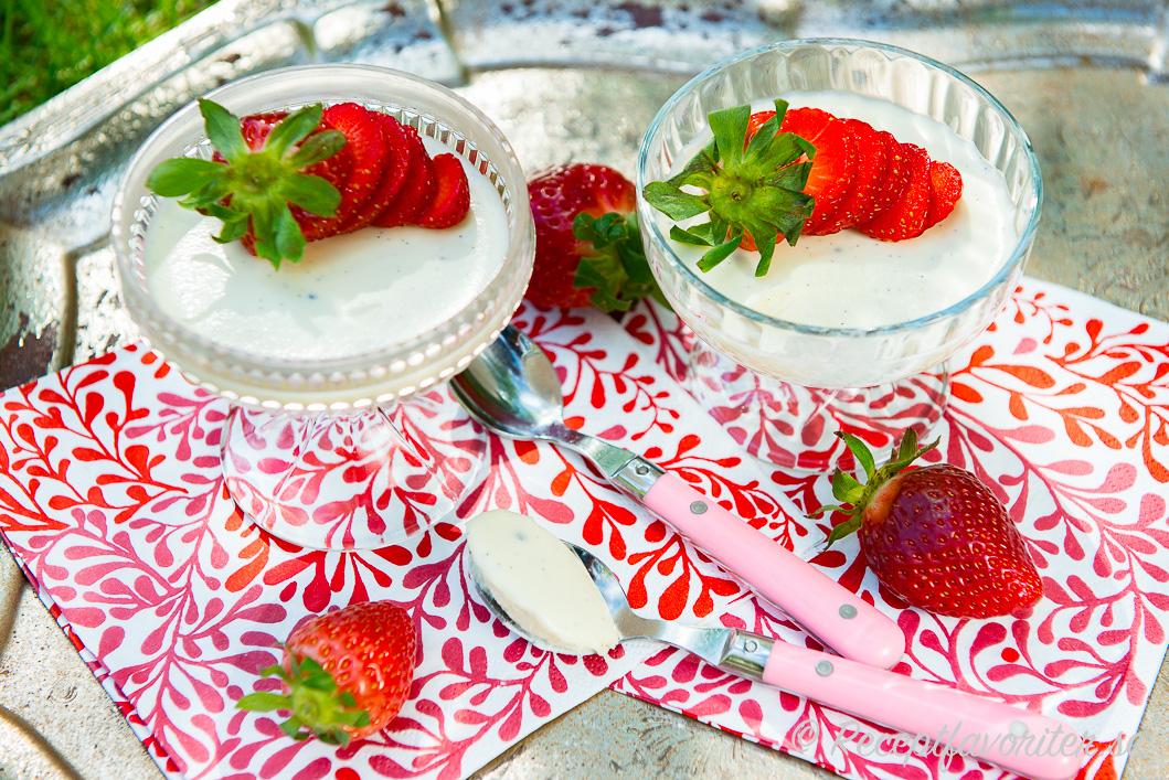 Pannacotta med matyoghurt och jordgubbar i portionsformar