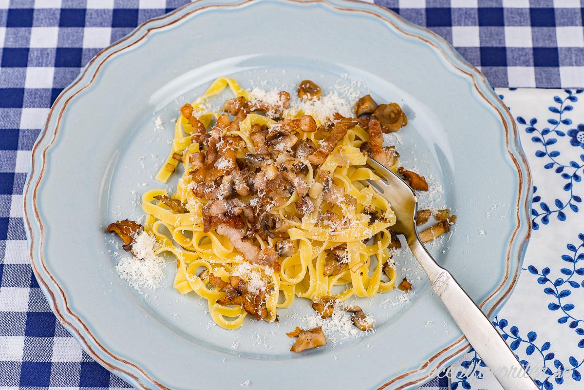 Pasta tagliatelle med knaprigt fläsk, svamp och parmesan. En variant på carbonara fast utan grädde.