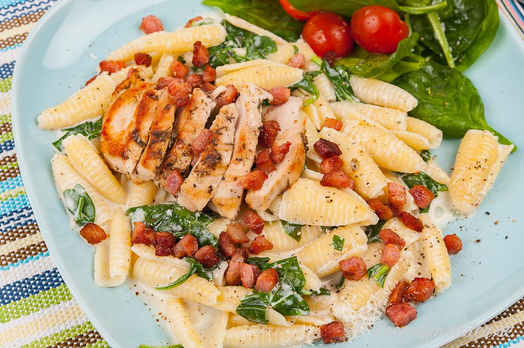 Pasta Castellane med knaperstekt pancetta i krämig sås med spenat och parmesan
