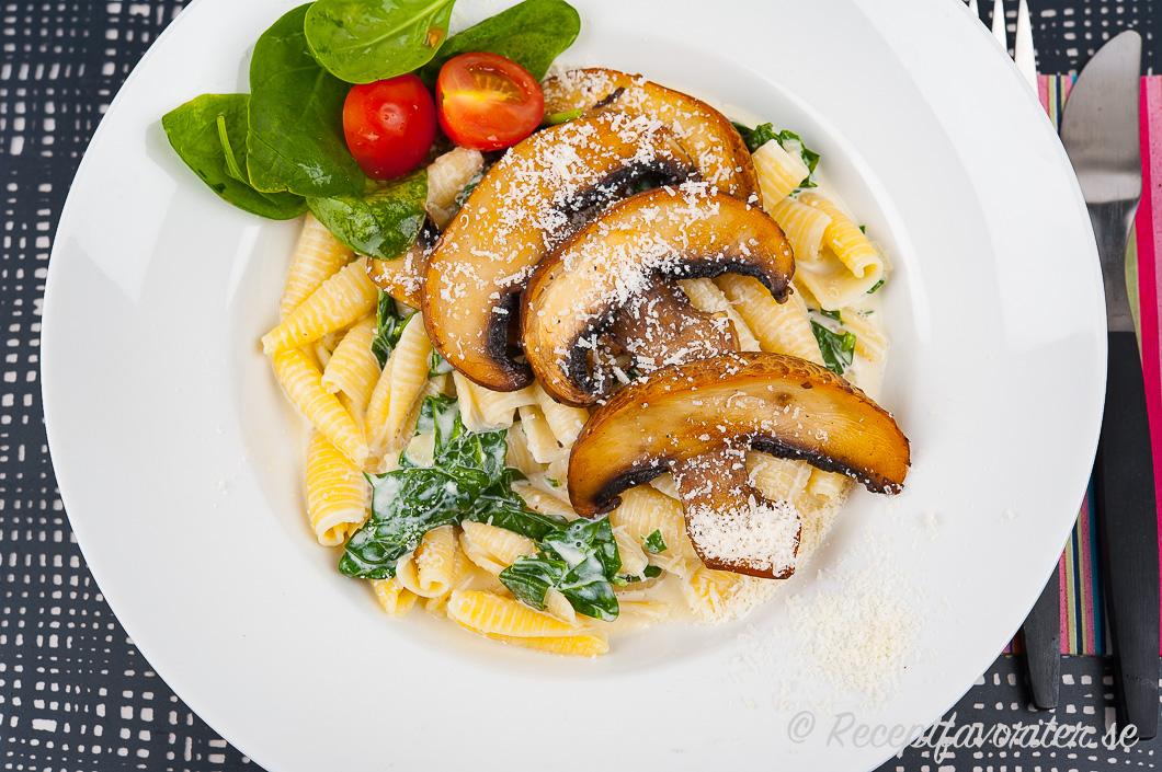 Portabellopasta med krämig sås och spenat samt parmesan eller violife vegan prosociano på toppen