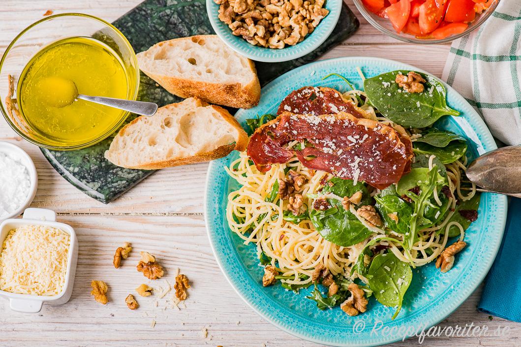Spagetti med lufttorkad rostad Serranoskinka med tillbehör