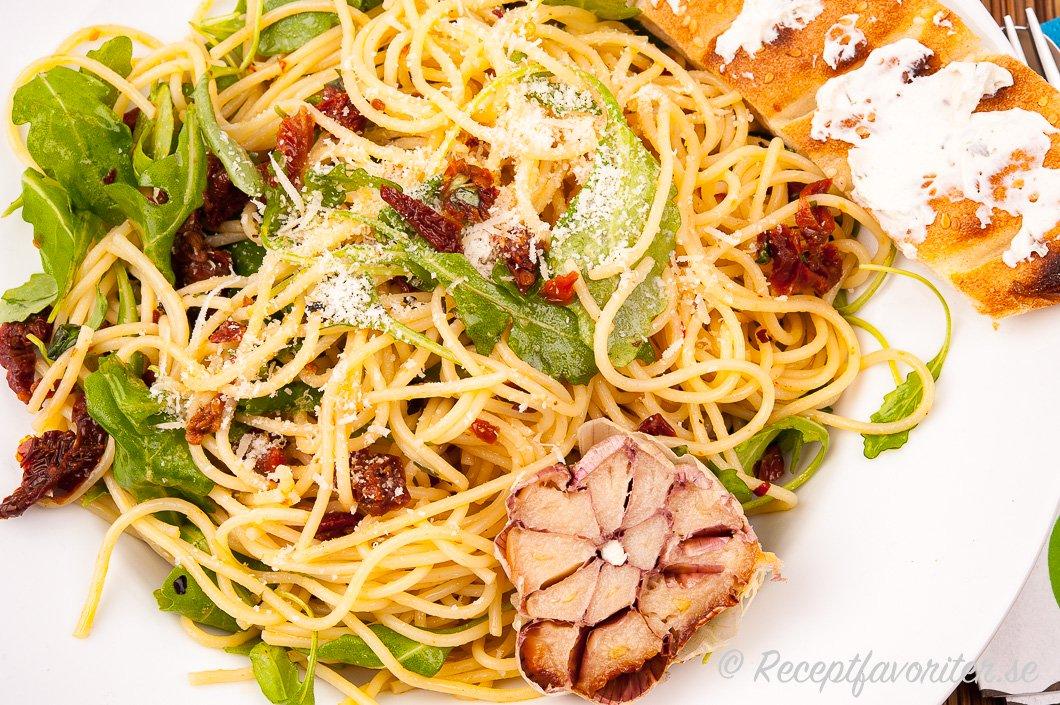 Spagetti med rostad vitlök på tallrik