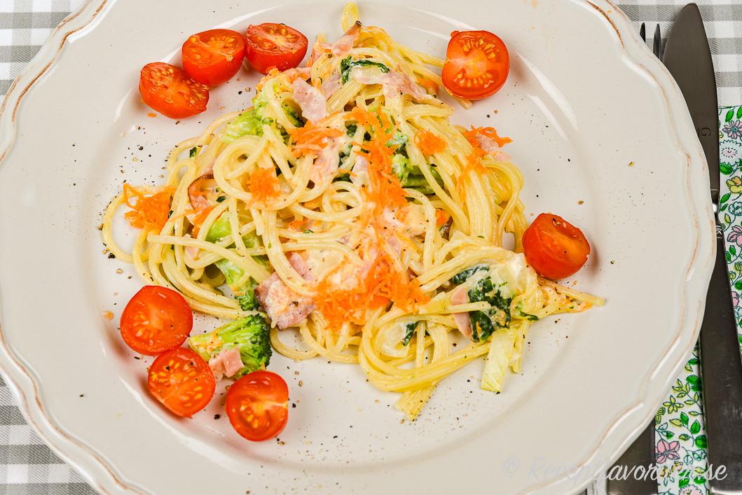 Spagetti är gott med skink- eller kasslersåsen.
