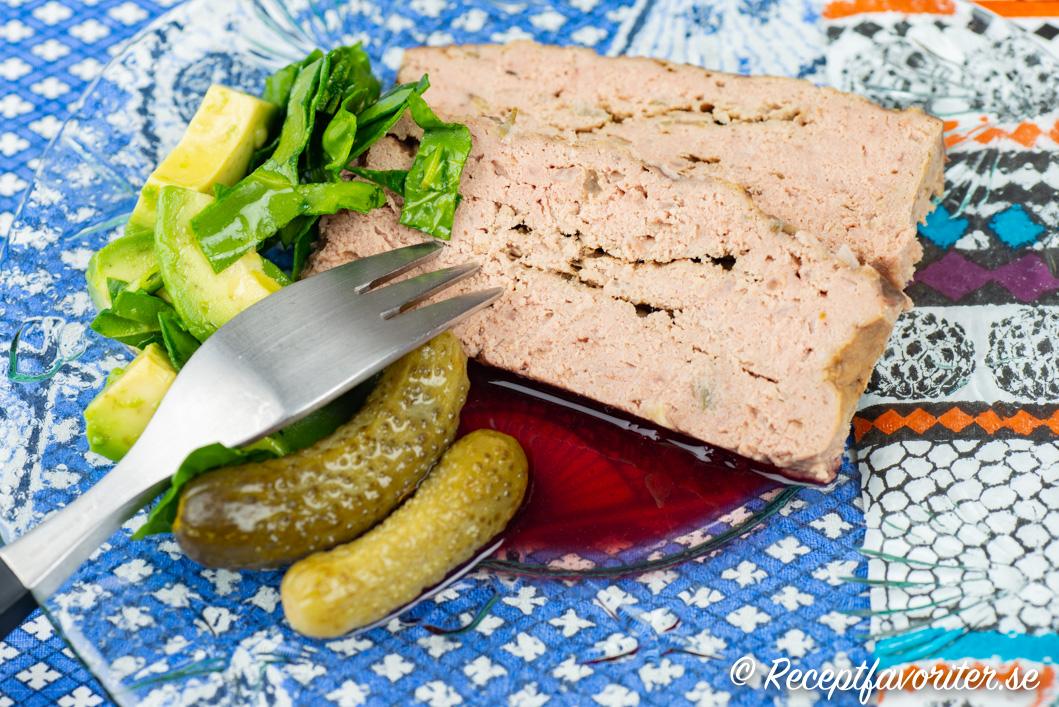 Paté med cumberlandsås, cornichons och sallad