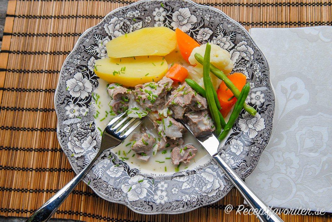 Pepparrottskött serverad på tallrik med tillbehör