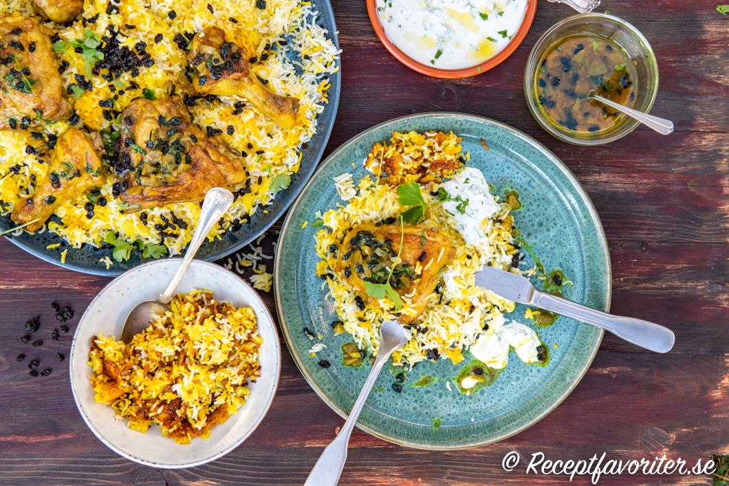 Serveringsförslag på kyckling med persiskt ris och yoghurtsås